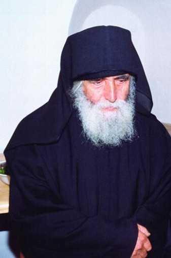 IPS Ierotheos Vlachos despre CUVIOSUL SOFRONIE SAHAROV (†11 iulie 1993), cel care ITI TRANSMITEA VIATA SI DUH DE POCAINTA prin simpla sa prezenta si prin binecuvantare: <i>&#8220;<b>Era un om care efectiv L-a vazut pe Dumnezeu. A fost un urmas al Sfintilor Parinti</b>. Viata este un rezumat al vietii si teologiei Sfintilor Simeon Noul Teolog si Grigorie Palama&#8221;</i> (video, audio, text)