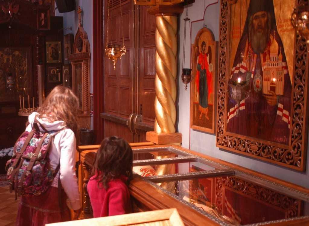 copii inchinandu-se la mormantul Sf. Ioan Maximovici