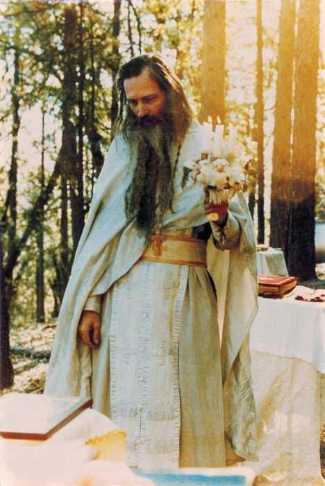 Părintele Serafim slujind dumnezeiasca Liturghie în lunea săptămânii luminate, 27 aprilie 1981, în altarul de vară, în același loc unde va fi înmormântat