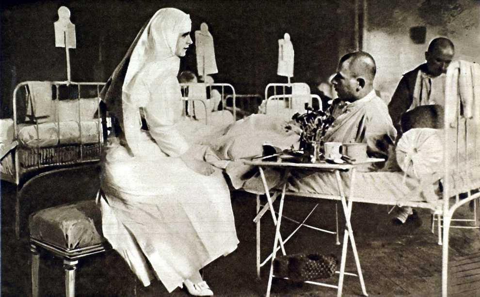 Rumania, 1916, World War I, Princess Marie of Rumania taking care of the wounded at the royal palace in Bucharest.