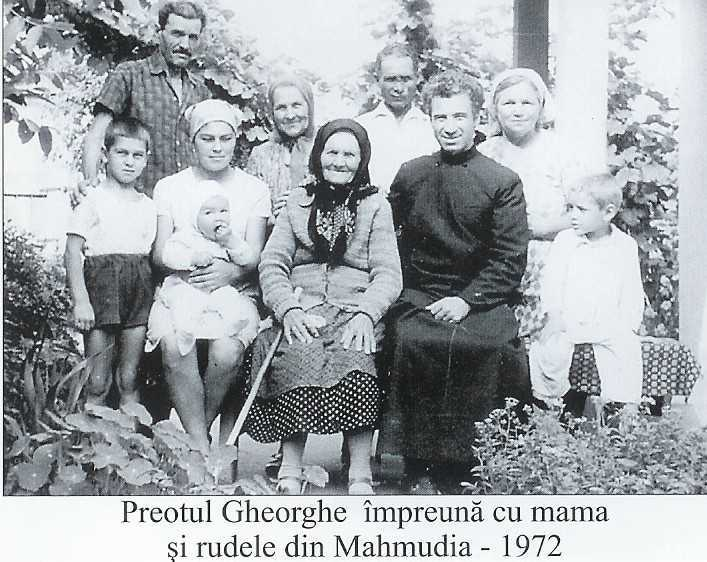 Pr. Gh Calciu cu mama si rudele la Mahmudia 1972