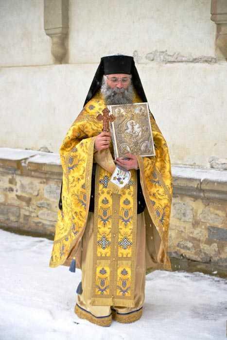 """Cuvinte de trezire de la staretul Manastirii Putna, Parintele Melchisedec: <i>""""CRESTINII SUNT PRIGONITI, PARCA PACEA S-A LUAT DE PE PAMANT, ispitele s-au inmultit mai mult ca oricand. Sa fim UNITI in fata potrivnicului!""""</i> (audio)"""