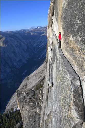 jimmy-chin-bergsteiger-geht-einen-schmalen-pfad-entlang-175054