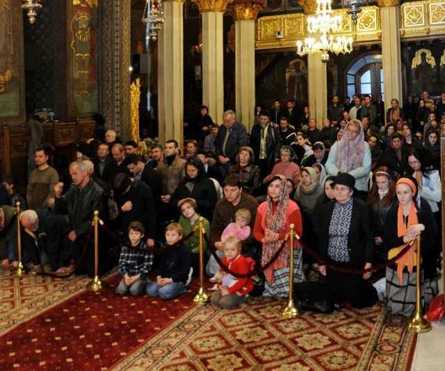 credinciosi in biserica patriarhiei Postul Mare