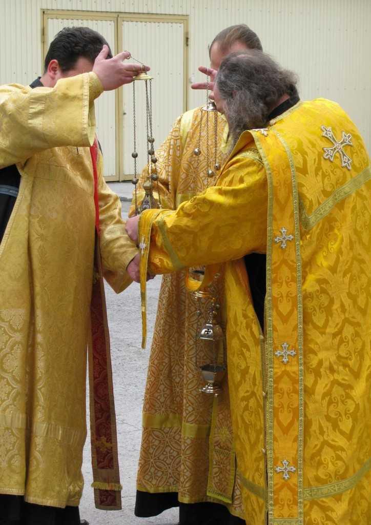 34775-24835-Orthodox_deacons