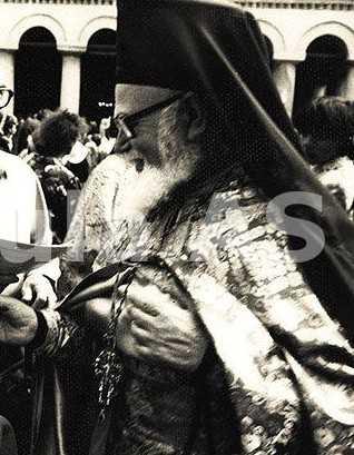 Parintele Roman Braga, în mijlocul credincioşilor români, la vizita în ţară din 1992