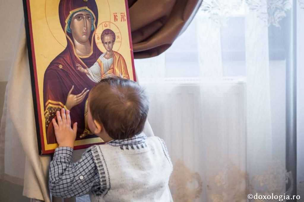 copil saruta icoana Maica Domnului
