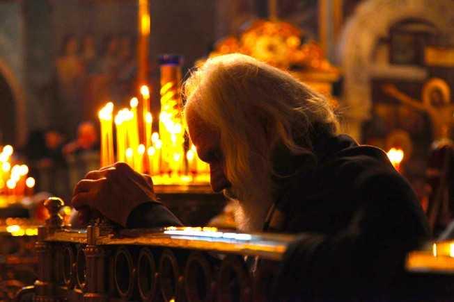 biserica-batran-in-rugaciune