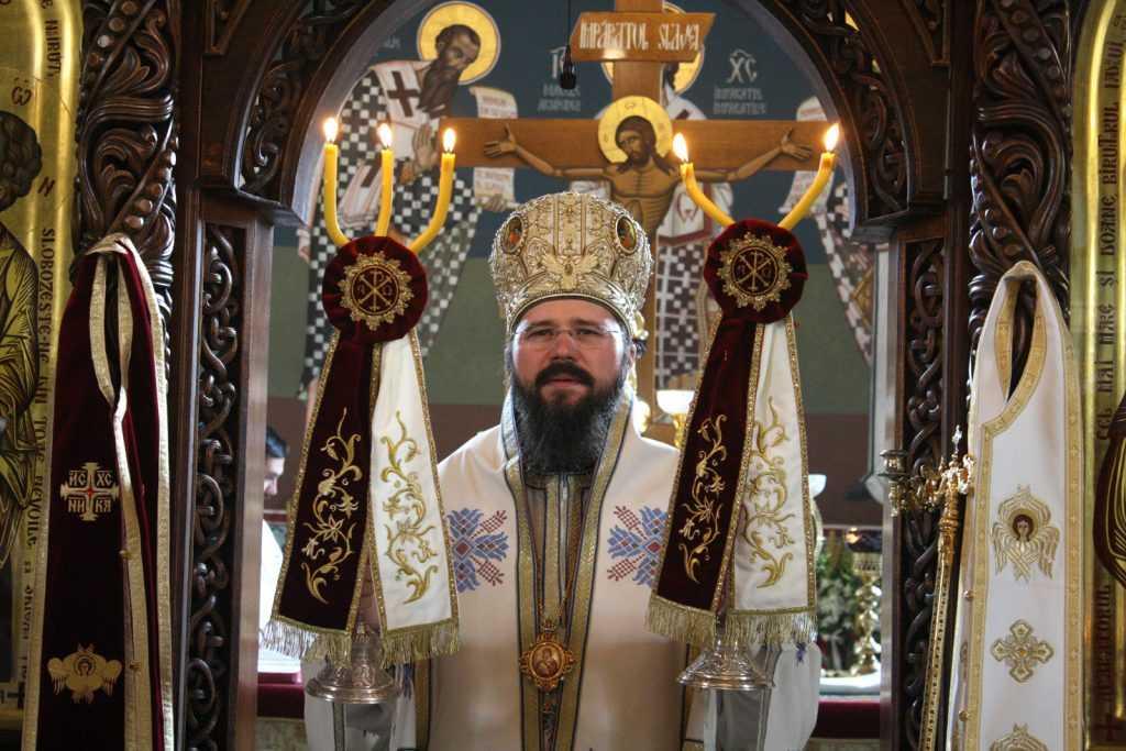 Preotul își împrumută mâinile sale lui dumnezeu