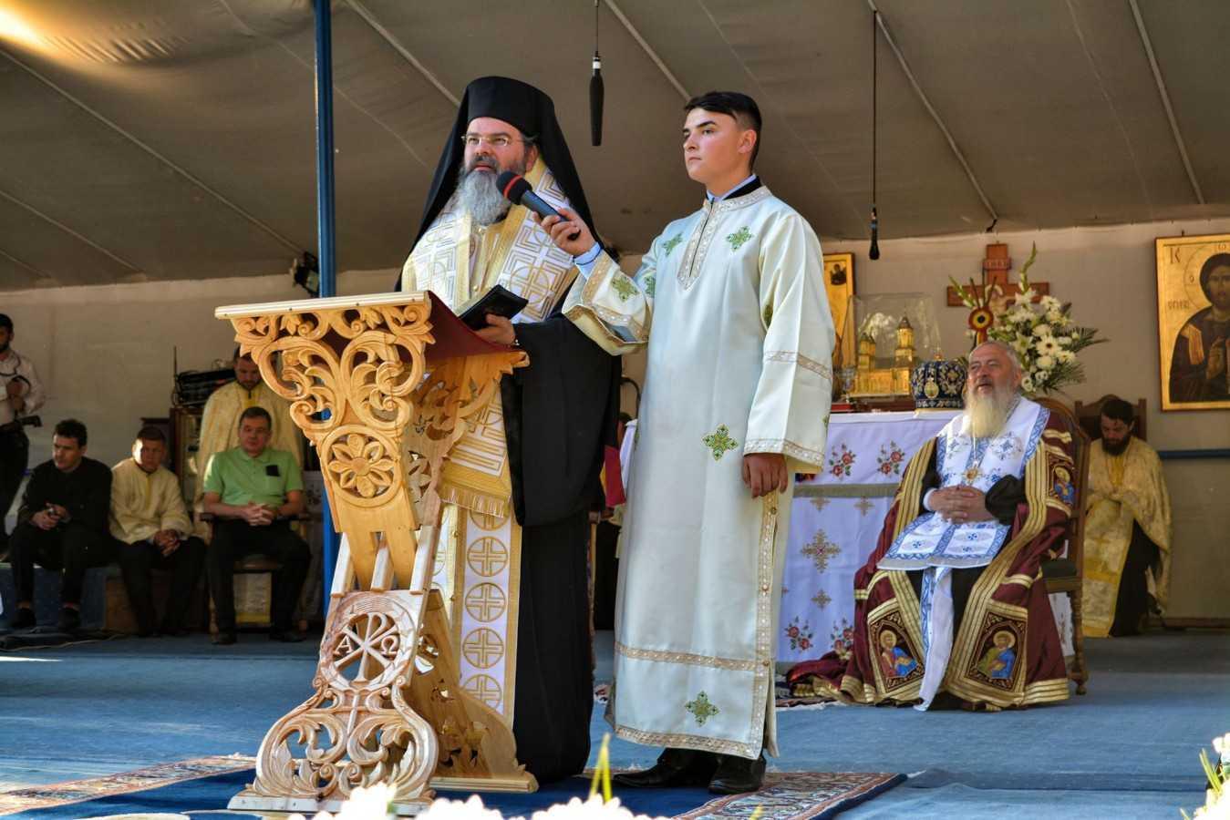 Cuvant puternic al Preasfintitului Ignatie Muresanul la Nicula despre ATACURILE SI MANIPULARILE LA ADRESA BISERICII in numele fals al &#8220;tolerantei&#8221;: <i>&#8220;EUROPA ESTE MURIBUNDĂ, n-are nevoie de Biserică, de familie, de Dumnezeu. AVEȚI GRIJĂ DE COPIII DVS., nu-i lăsaţi să fie contaminaţi de ideologiile lumii de astăzi! NU EXISTĂ UN ALT FEL DE FAMILIE!&#8221;</i> (video)