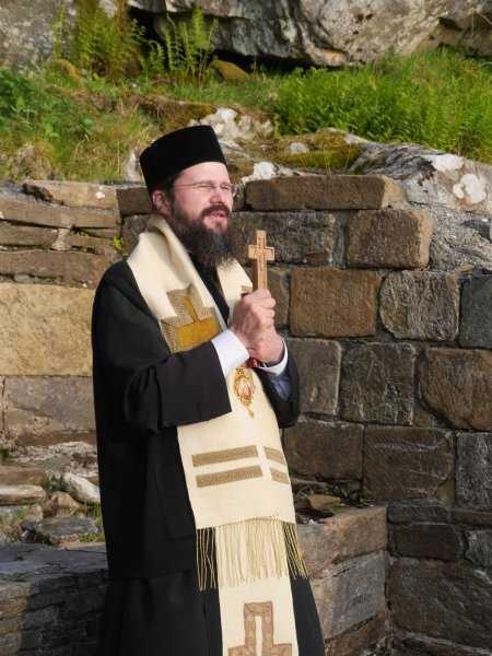 """NADEJDEA – LUMINA LUI DUMNEZEU DIN MIJLOCUL INTUNERICULUI LUMII CARE L-A ALUNGAT DIN """"CETATE"""". Interviu cu Vladica Macarie in """"Familia ortodoxa"""": <i>""""Prin faptul că îl strângi pe om la inima ta îi arăţi că, de fapt, HRISTOS ÎNSUȘI ÎL ÎMBRĂȚIȘEAZĂ ȘI ÎL ȚINE LA INIMA SA IUBITOARE…""""</i>"""