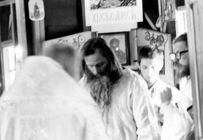 Episcopul Nectarie îl hirotonește preot pe părintele Serafim. Biserica Mănăstirii Cuviosului Gherman. Duminica Mironosițelor, 24 aprilie 1977