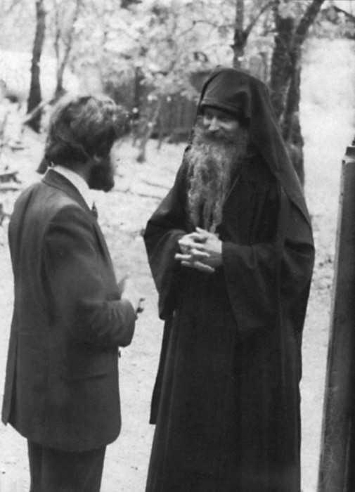 Părintele Serafim cu Andrew Bond, un englez convertit în mănăstirea Cuviosului Gherman, anul 1979