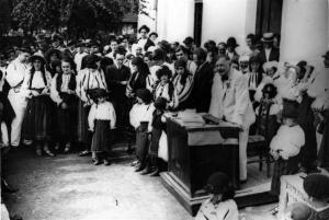 dimitrie-gusti-tinand-o-cuvantare-in-fata-satului-dragus-1929