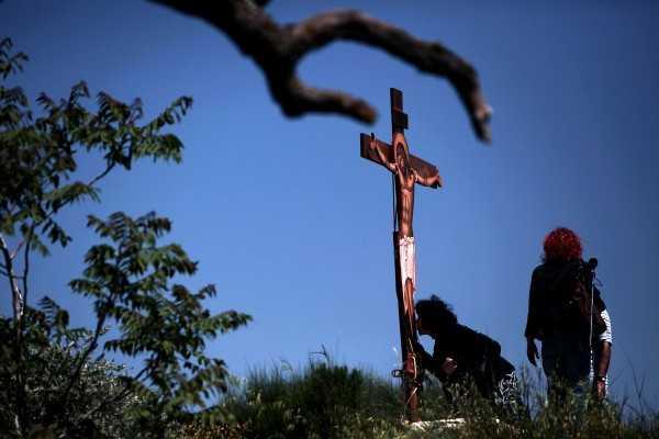 LA UMBRA CRUCII lui Hristos, pentru a primi puterea de a ţine piept DUHULUI POTRIVNIC AL LUMII&#8230; <i>&#8220;Necredincioşii îi batjocoresc pe credincioşi. Creştinii sunt priviţi de parcă ar fi extratereştri&#8230; Cei morali sunt luaţi în râs, toţi cei ce ţin în mână crucea, marginalizaţi. SĂ NU NE SPERIEM ŞI NICI SĂ NE DĂM BĂTUŢI!&#8221;</i>