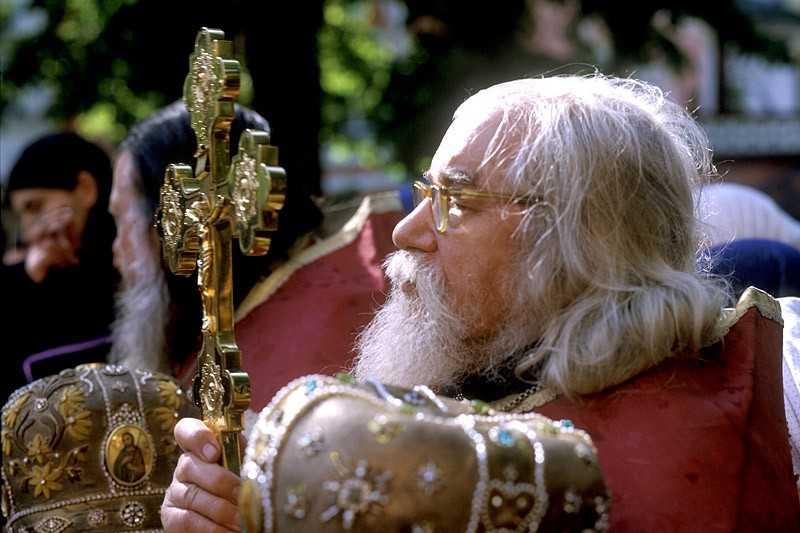 """CRUCEA VIEȚII. Cuviosul Ioan Krestiankin: <i>""""Creştinismul este PURTAREA CRUCII, este osteneală. Iar creştinismul de azi este pentru mulţi NUMAI PE VÂRFUL LIMBII şi durează cât timp deasupra capului este cer senin""""</i>; """"Trebuie să porţi greutatea bolii soţului. Voi doi SUNTEȚI UN SINGUR TRUP. E BOLNAV SOȚUL, SUFERĂ ȘI SOȚIA"""""""