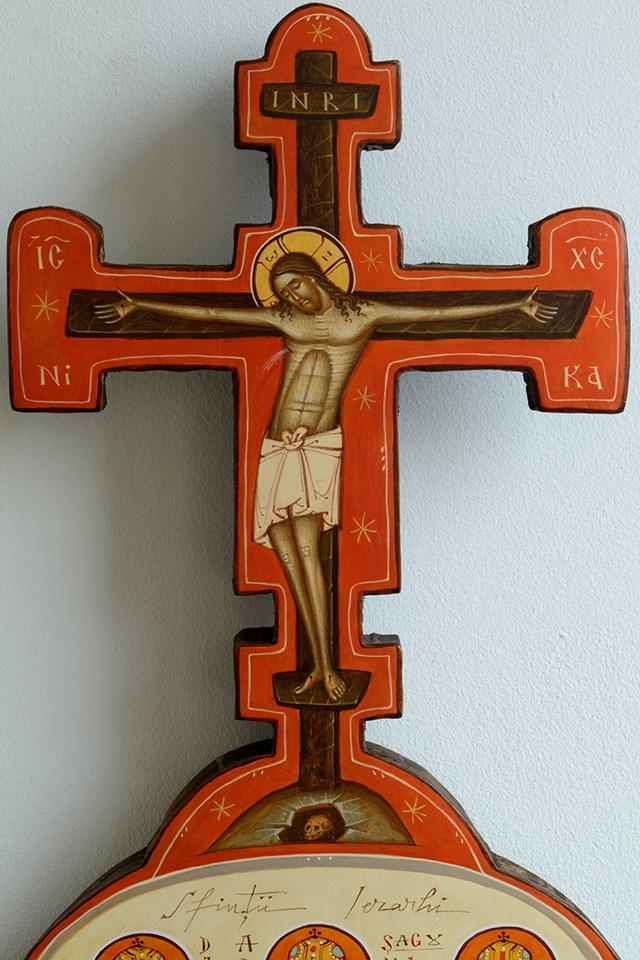 """<b>Duminica cinstitei şi de viaţă-făcătoarei Cruci</b>. CUM INTRĂM PE CALEA CEA STRÂMTĂ A LEPĂDĂRII DE SINE? Ce înseamnă <i>""""a lua crucea""""</i>?"""