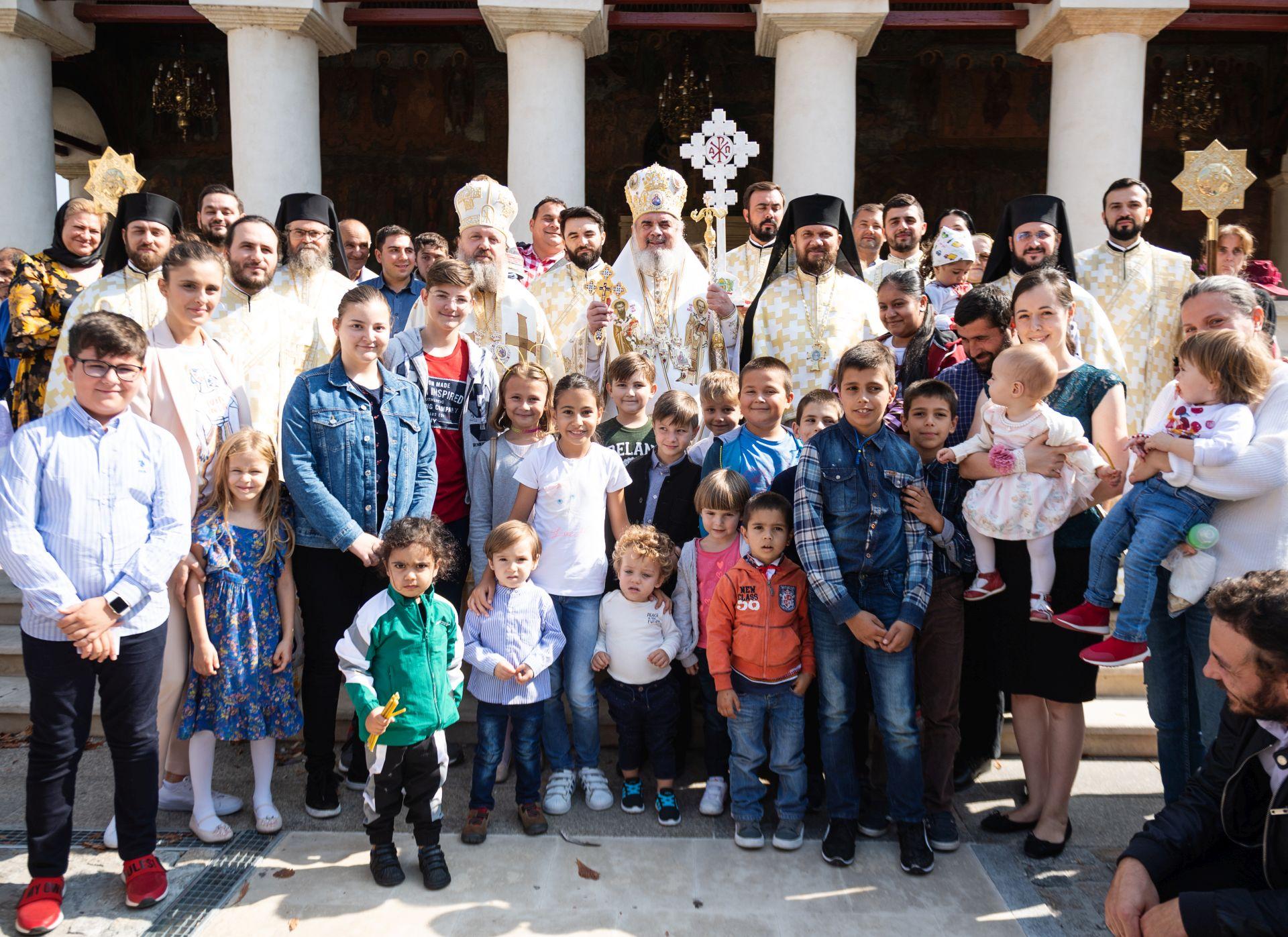 """PATRIARHUL DANIEL NE INDEAMNA <i>""""SA FIM MARTURISITORI, afirmand, aparand si promovand FAMILIA binecuvantata, bazata pe CASATORIA DINTRE UN BARBAT SI O FEMEIE""""</i>/ Mesajul Parintelui Episcop MACARIE DRAGOI cu privire la REFERENDUMUL din 6-7 octombrie 2018/ FANATISMUL ANTICRESTIN al """"influencerilor"""" si JOCUL SANTAJULUI, INTIMIDARII, MARGINALIZARII Bisericii"""