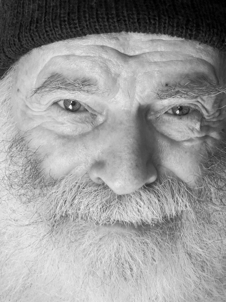 PARINTELE PROCLU – FILE DE PATERIC (II). Noi marturii despre sfintenia celui mai cunoscut si mai iubit pustnic român contemporan
