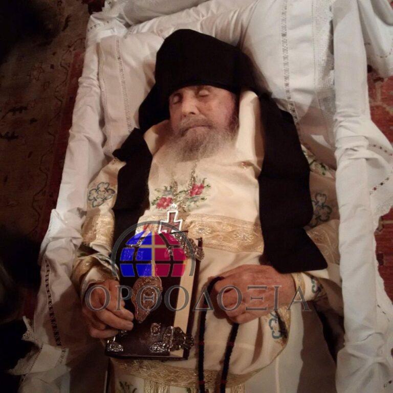"""CUNUNILE FERICITULUI PARINTE EFREM DIN ARIZONA. Mitropolitul Neofit de Morfou despre batranul apostol al Americii, mutat recent la Domnul: <i>""""Este prin excelenta, impreuna cu Sfantul Paisie, proroc al neamului si al vremurilor de pe urma, al Eshatonului, care vine""""</i>"""