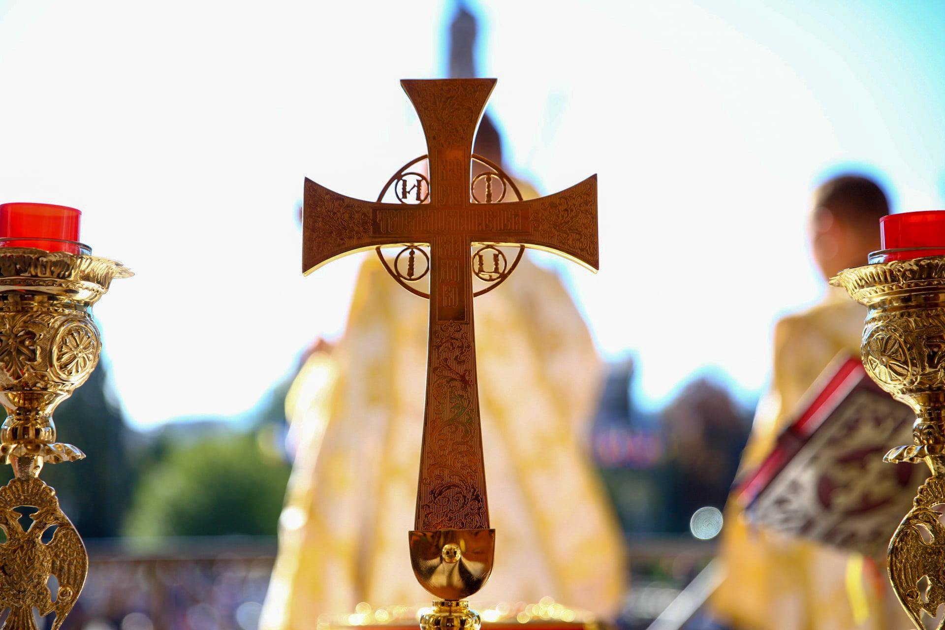 """<i>""""M-am răstignit împreună cu Hristos…""""</i> – CRUCEA ca asumare a DUȘMĂNIEI CU DUHUL LUMII, ca lucrare de NEVOINȚĂ permanentă, dar și ca PUTERE A LUI DUMNEZEU: <i>""""Pune-ți toată încrederea în Hristos, Cel care a venit să trăiască împreună cu noi și în noi!""""</i> (PS BENEDICT – Predică VIDEO + TEXT)"""
